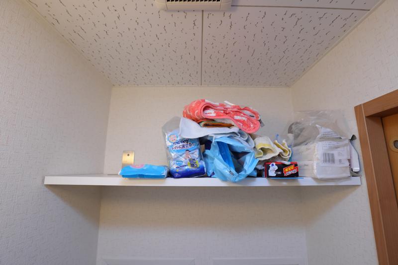 ごちゃごちゃに物が置かれている棚