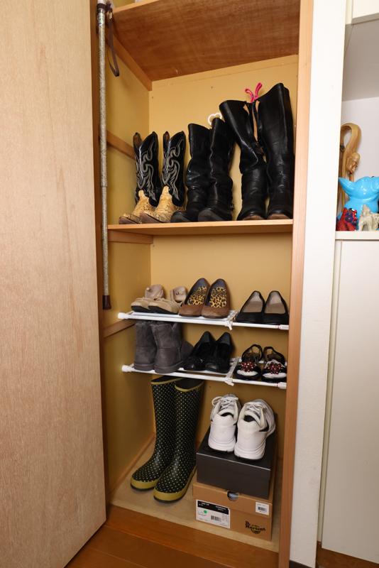 靴やブーツがキレイにならんでいる