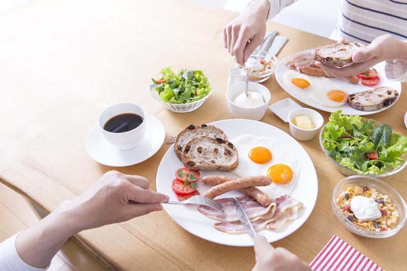 朝食中のテーブル