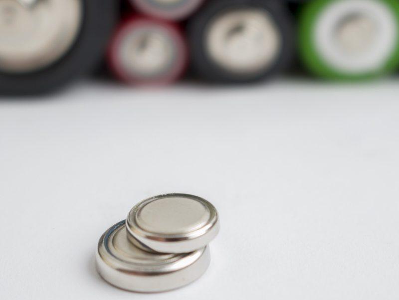 ボタン電池とその背景にも電池が写っている