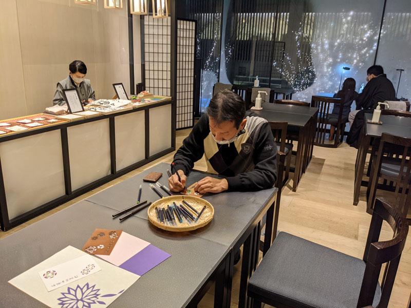 日本旅館「星のや東京」のアクティビティ「紋切体験」に挑戦