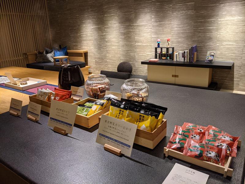 日本旅館「星のや東京」のお茶の間ラウンジの飲み物やお菓子