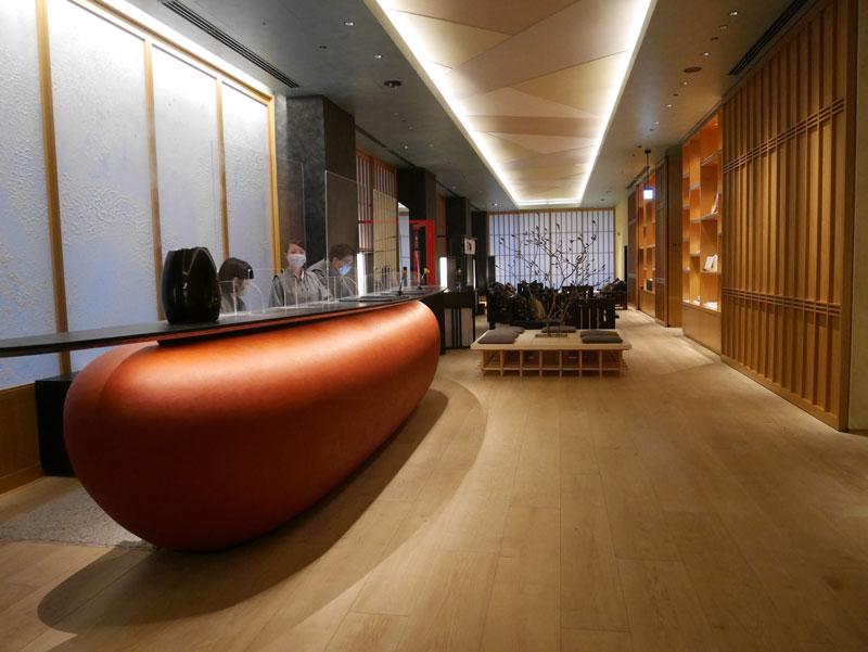 日本旅館「星のや東京」の2階のラウンジ