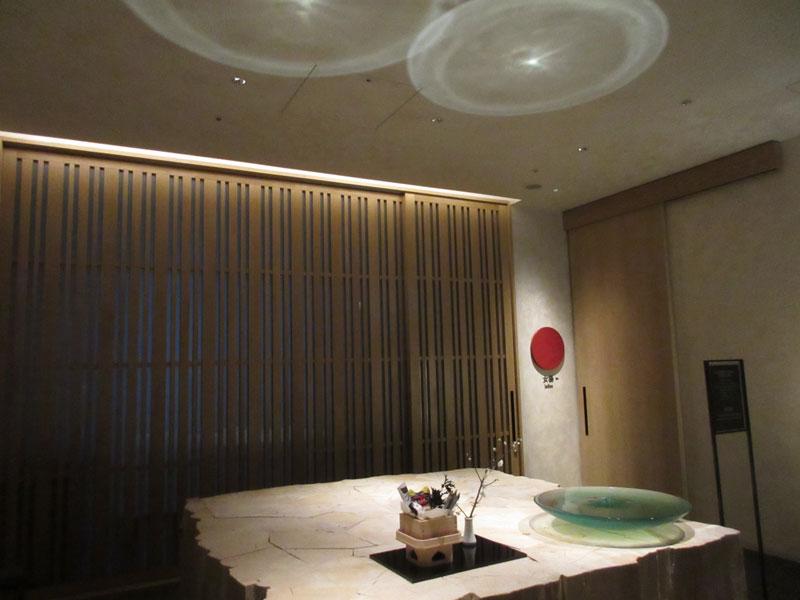 日本旅館「星のや東京」の温泉大浴場の入り口