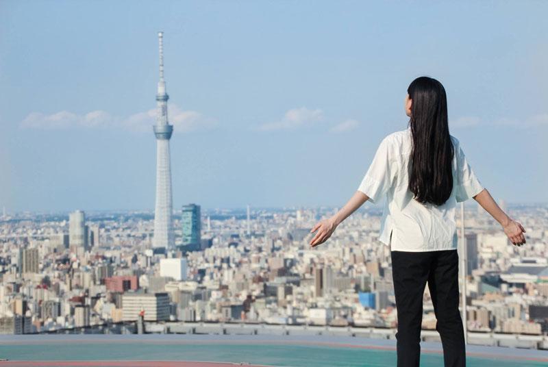 日本旅館「星のや東京」の地上160mのビルの屋上で実施する「天空深呼吸」