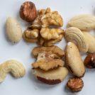 くるみやアーモンドなどのナッツ類が無造作に置かれている