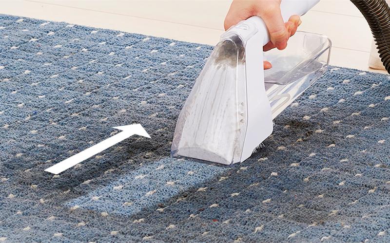 リンサークリーナーでカーペットを掃除している