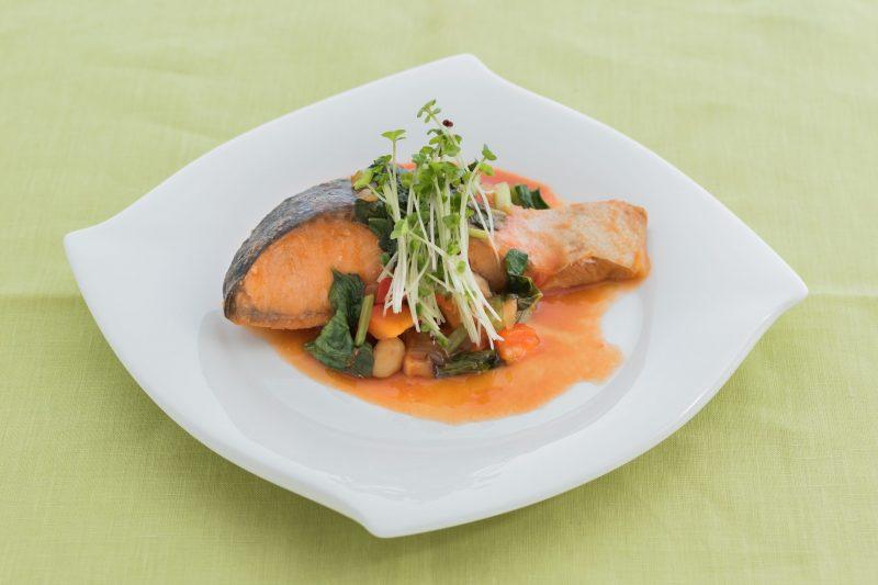 『ママになっても美しい人の食事術 食べ方ひとつで人生が変わる』(PHP研究所)に掲載の1品。白い皿に鮭のソテー三つ葉などががのっている