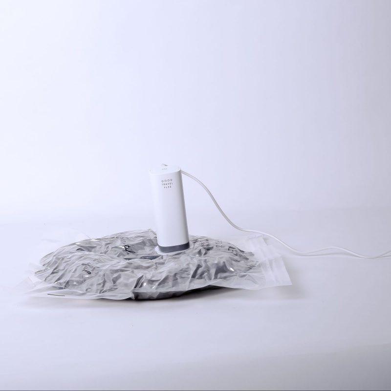 ハンディー衣類圧縮器『GOOD TRAVEL PLUS』で衣類を圧縮袋に入れて圧縮している最中の様子