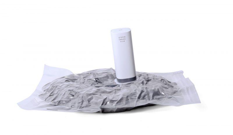 ハンディー衣類圧縮器『GOOD TRAVEL PLUS』で圧縮袋に入れた衣類を圧縮した様子