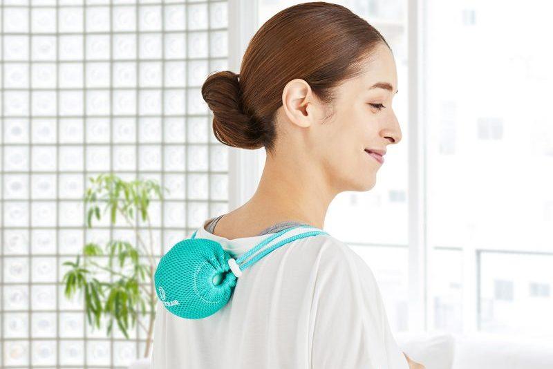 3Dコンディショニングボール スマートを背中に当てている女性