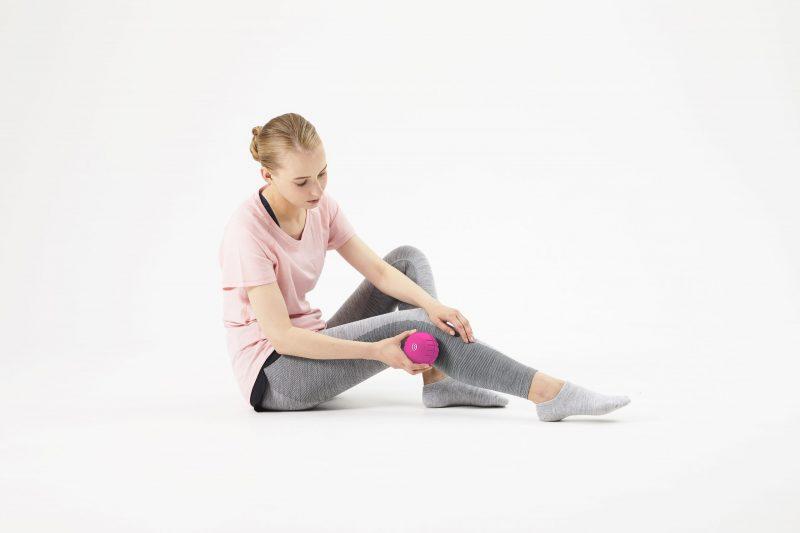3Dコンディショニングボール スマートをふくらはぎに当てている女性