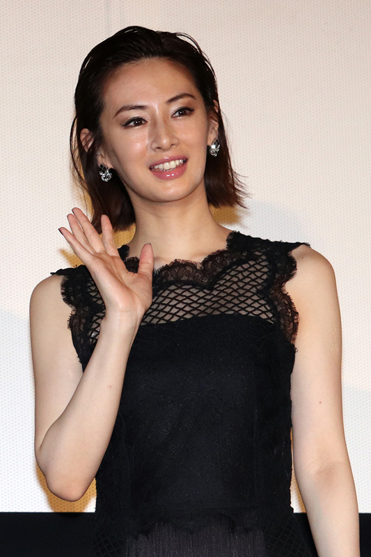 ドルガバの黒のノースリーブドレス姿で手を振る北川景子