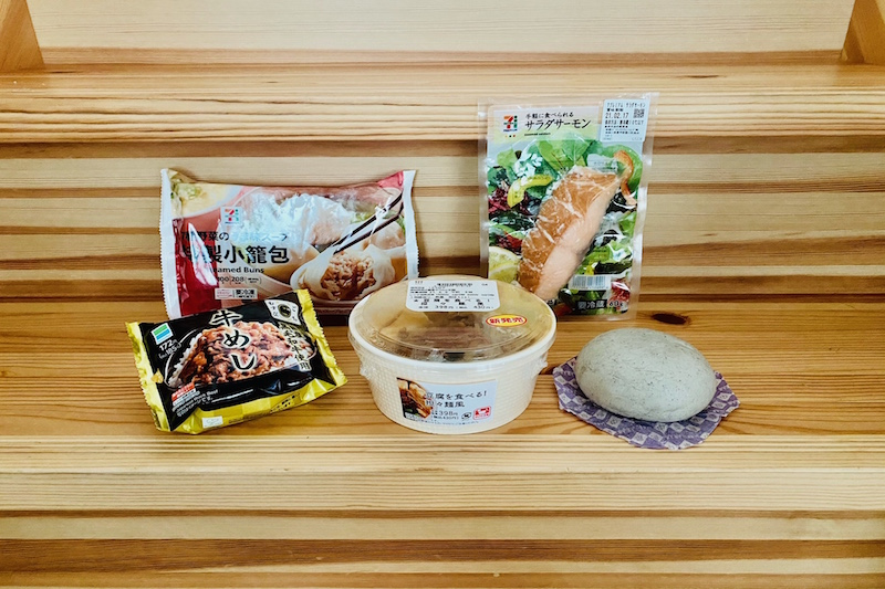 セブン−イレブンのサラダサーモンと特製小籠包とローソンの北海道小豆のごまあんまんと豆腐を食べる!担々麺風とファミリーマートの牛めしおむすび