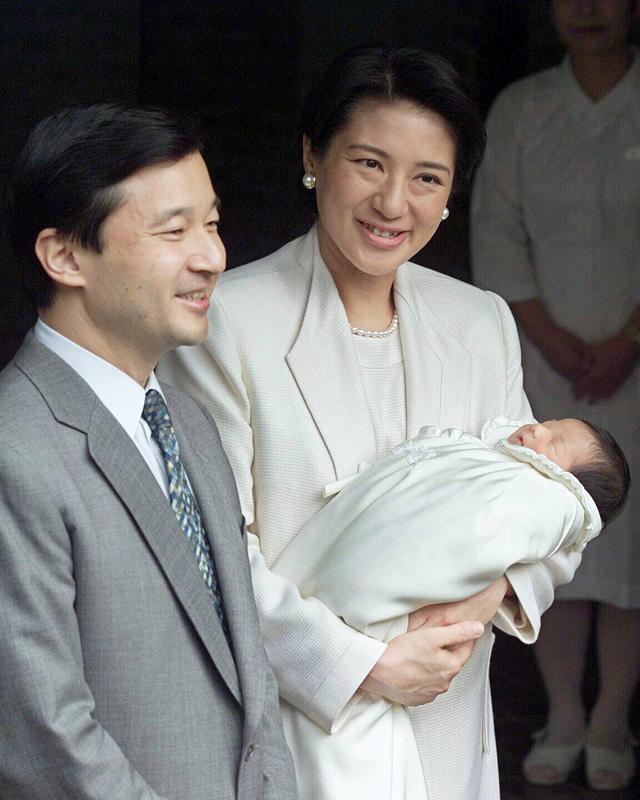 天皇陛下と、雅子さまが愛子さまを抱かれて並んでほほ笑んでいる