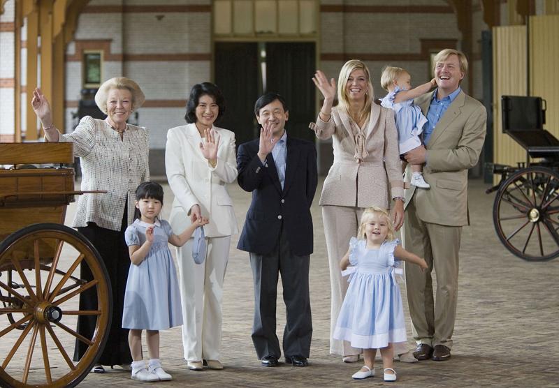 オランダ王室の方々と天皇ご一家がお手振りされている