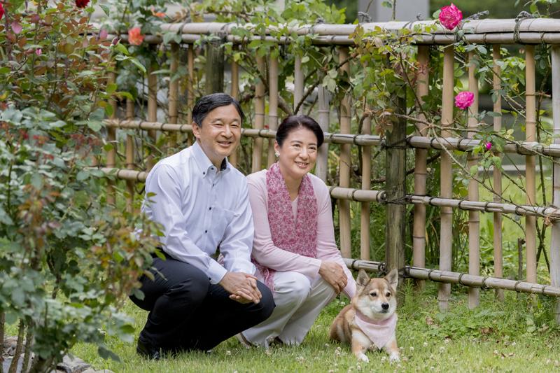 天皇皇后両陛下が愛犬とともに笑顔でいらっしゃる