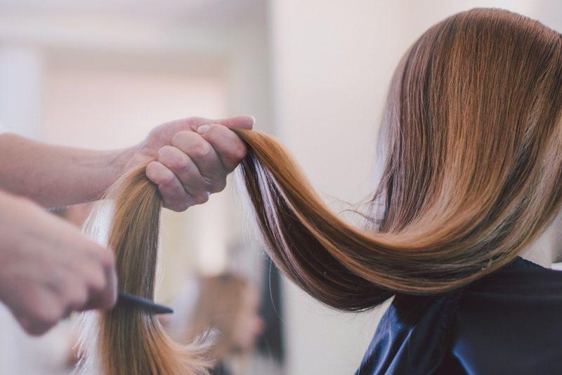 サロンで髪を切る女性