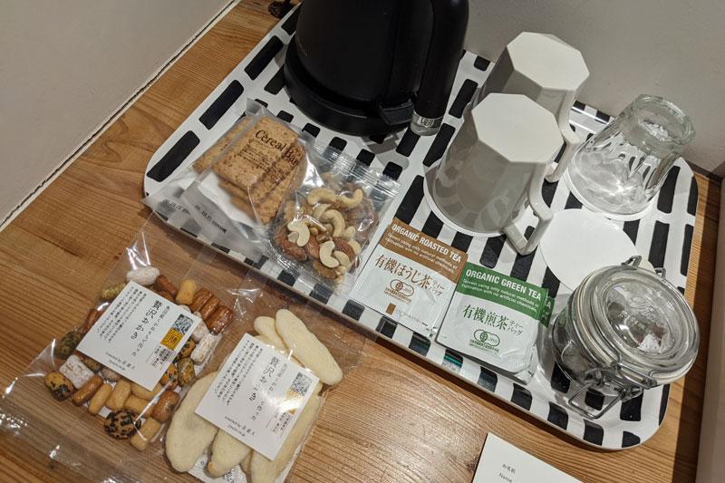 「ブックホテル 箱根本箱」部屋のお菓子