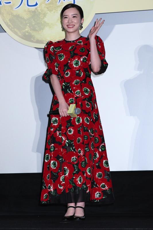 ドルガバの赤い花柄ドレスを着た永野芽郁