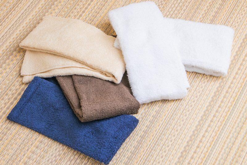 畳まれた4色のタオル