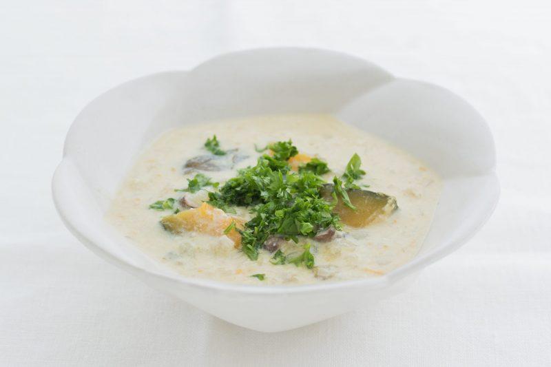 『ママになっても美しい人の食事術 食べ方ひとつで人生が変わる』(PHP研究所)に掲載の野菜シチュー白い皿に酒粕のシチューがもられている