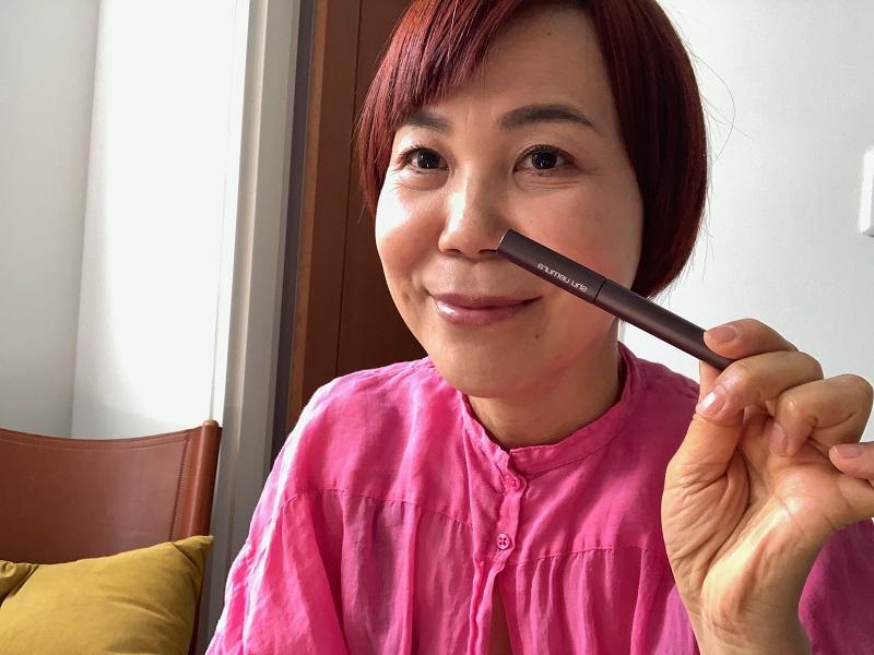 眉マスカラを手にした山本浩未さん