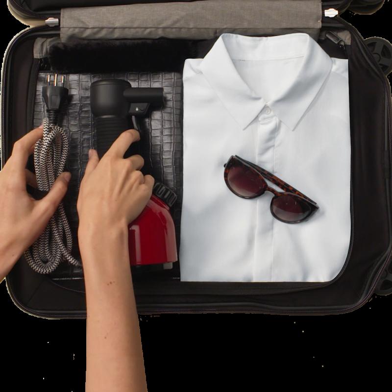 加圧式除菌脱臭スチーマー IGGIをスーツケースに入れいている手元