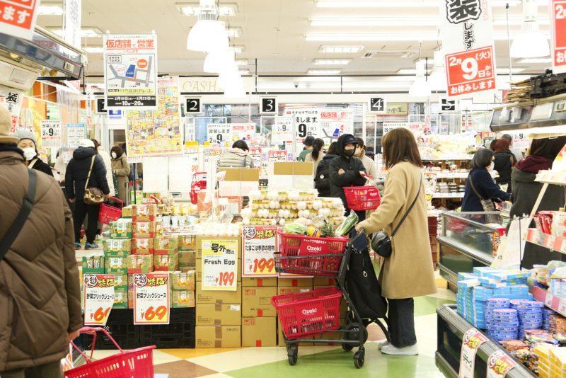 にぎわうスーパー店内