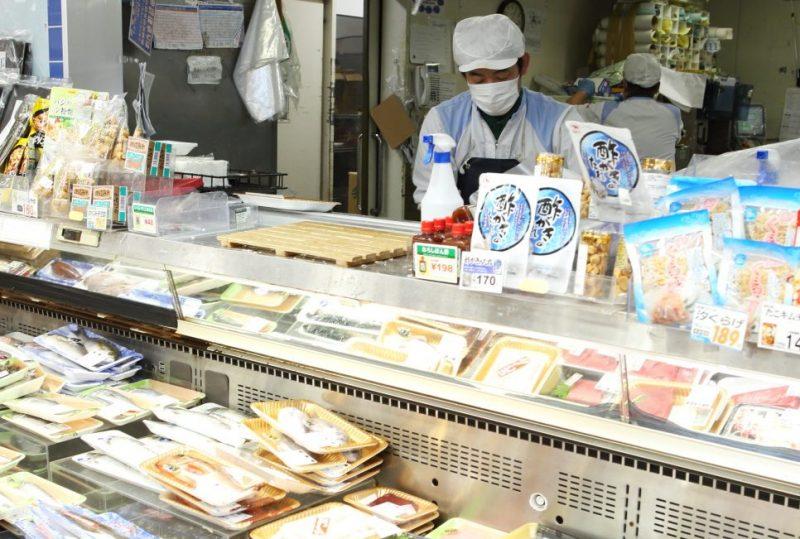 オオゼキの鮮魚コーナーで調理スタッフが魚をさばいている