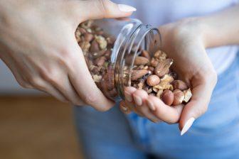 高カロリーのナッツ類が「ダイエットに最適」な理由を専門医が解説