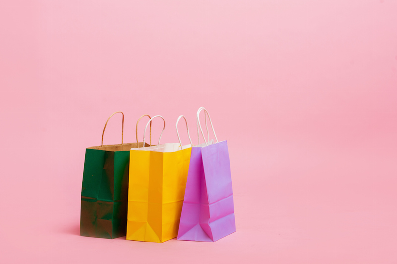 左から緑の紙袋、黄色の紙袋、ピンクの紙袋が並べておいてある