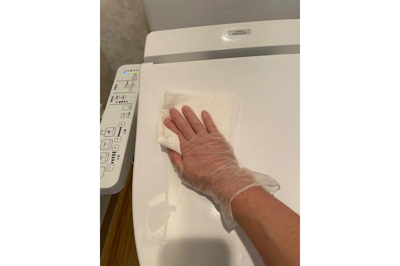 スコッティファイン 洗って使える ペーパータオル 61カット 1ロールでトイレの掃除をしている手元