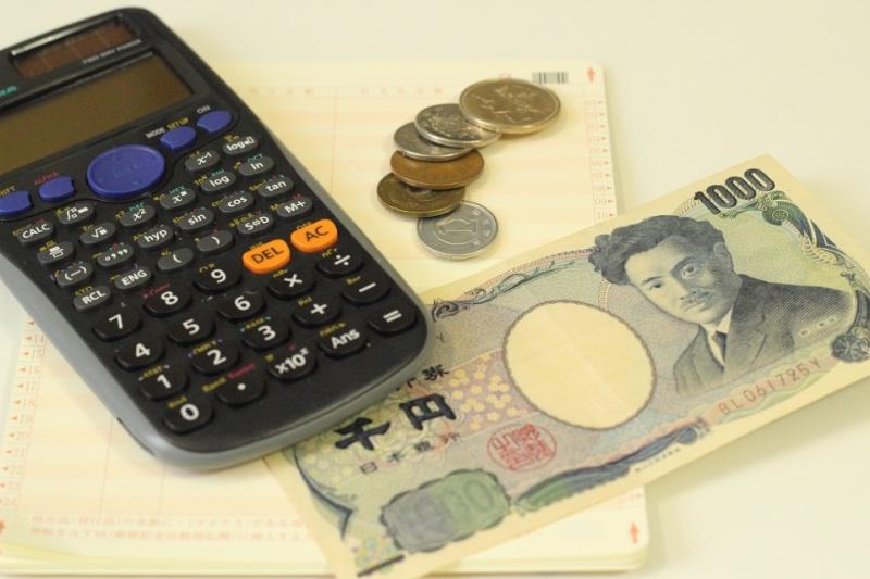 電卓と通帳とお金