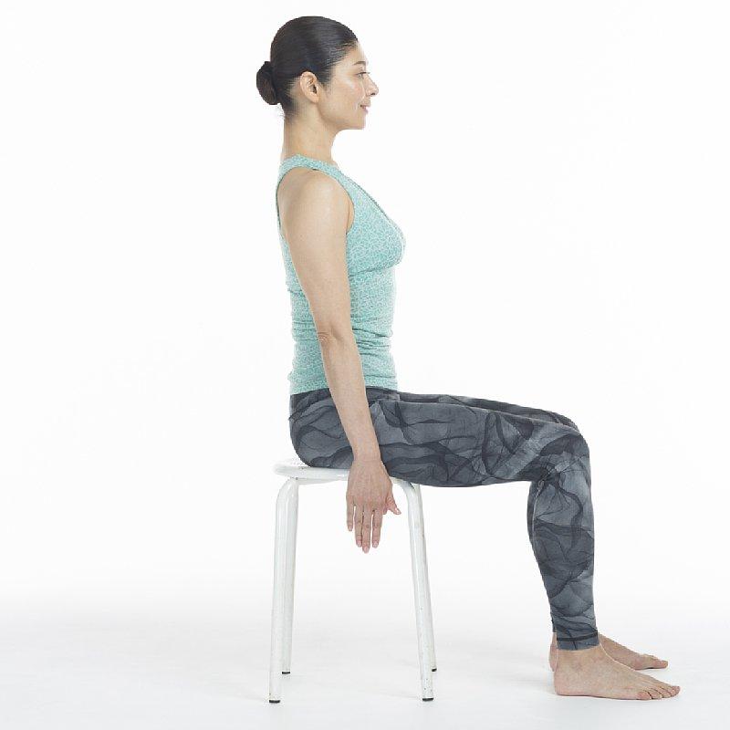 座骨で座面を押しながら背筋を伸ばす