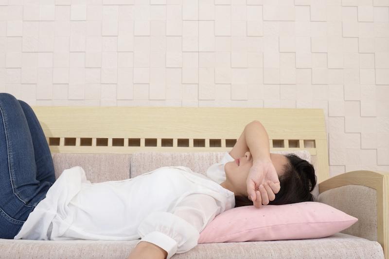 ソファに寝転ぶ女性