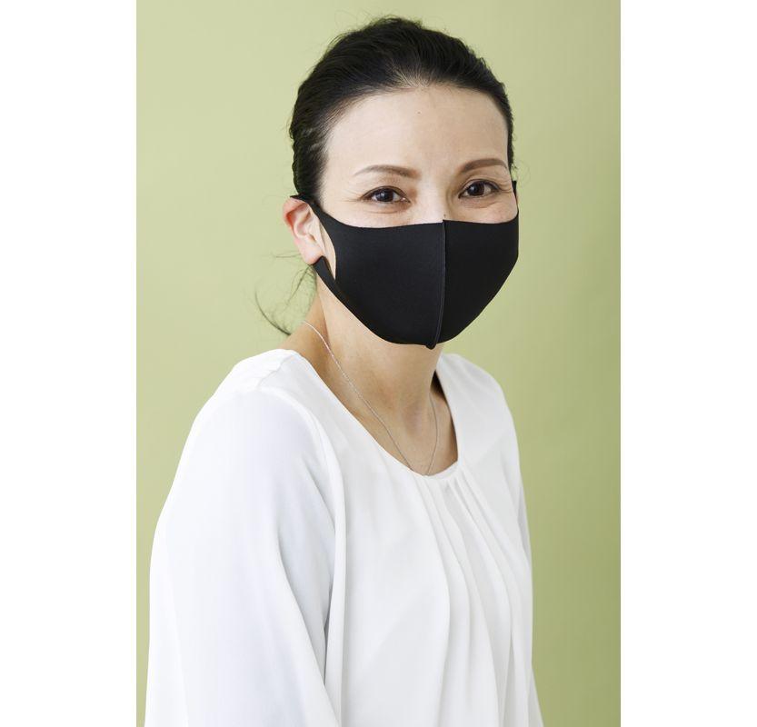 黒いマスクをした女性