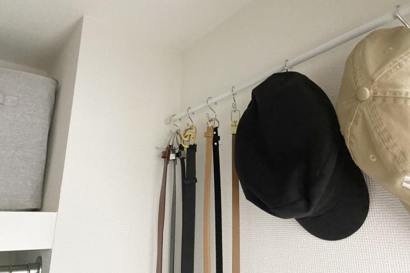 ベルトや帽子を収納した突っ張り棒