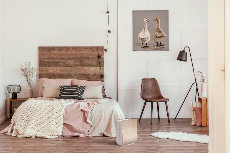 アイリスオーヤマ『ふとん乾燥機 カラリエ FK-D1』の白をベッド脇に置いている部屋