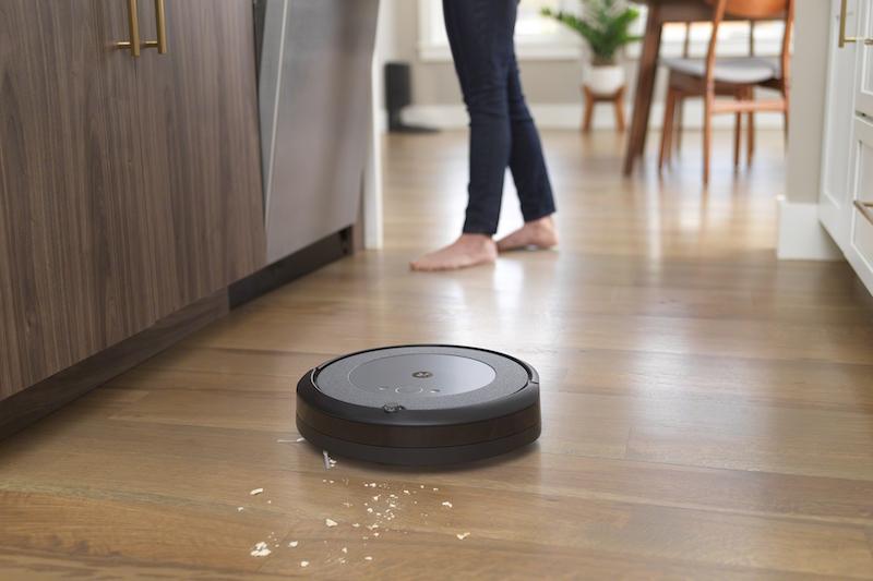 アイロボット『ルンバi3+』がキッチンあたりを掃除している