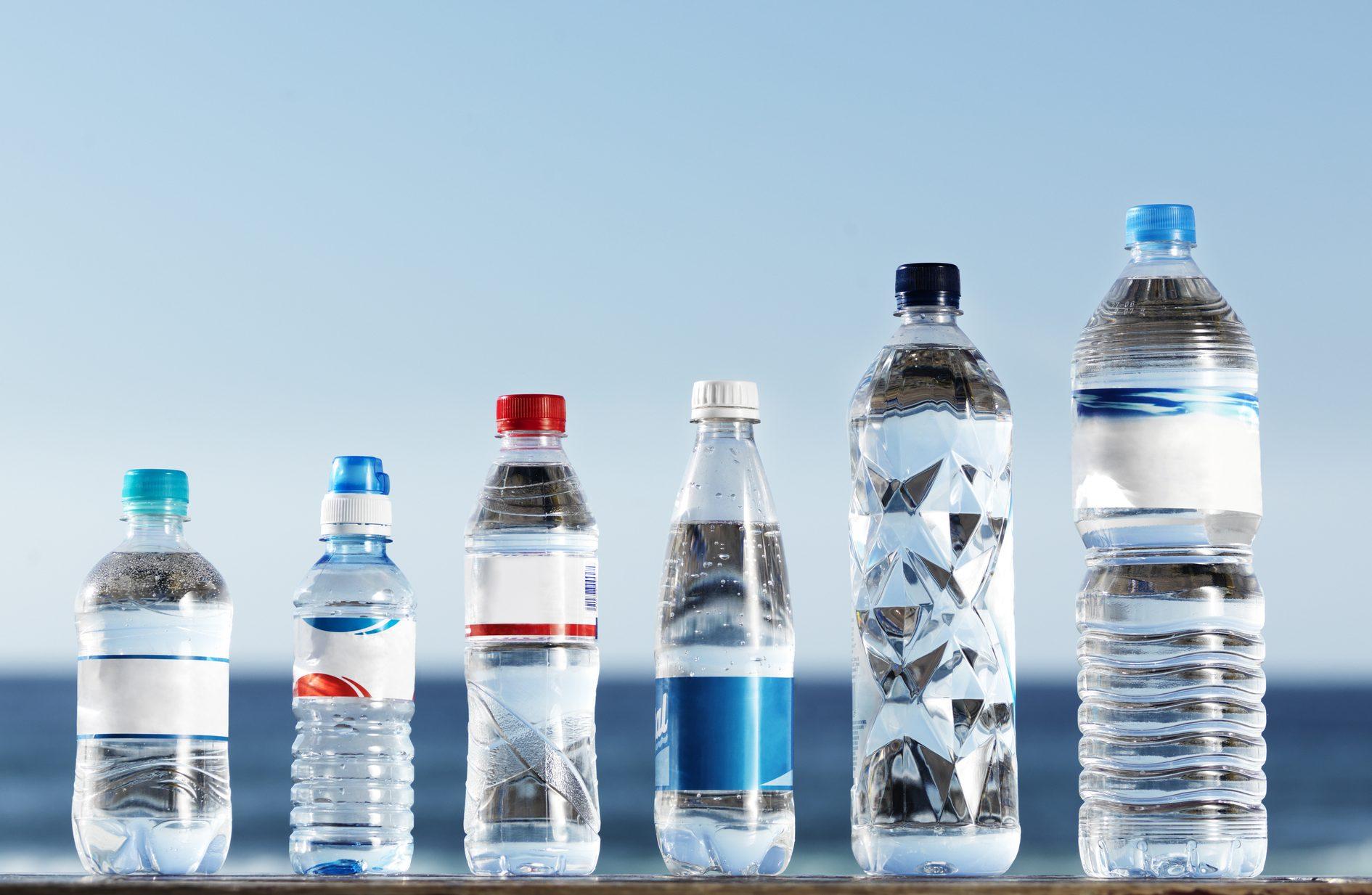 ペットボトルの小さいのから大きいいのまで6本並んでいる
