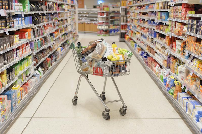 物がいっぱい入ったカートが置いてあるスーパー