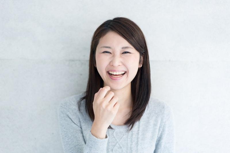 口を開けて笑っている女性