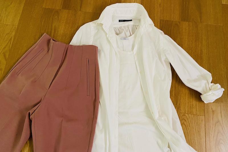 ZARAのハイウエストパンツのマルサラと白のロングシャツとタンクトップが床に置かれている