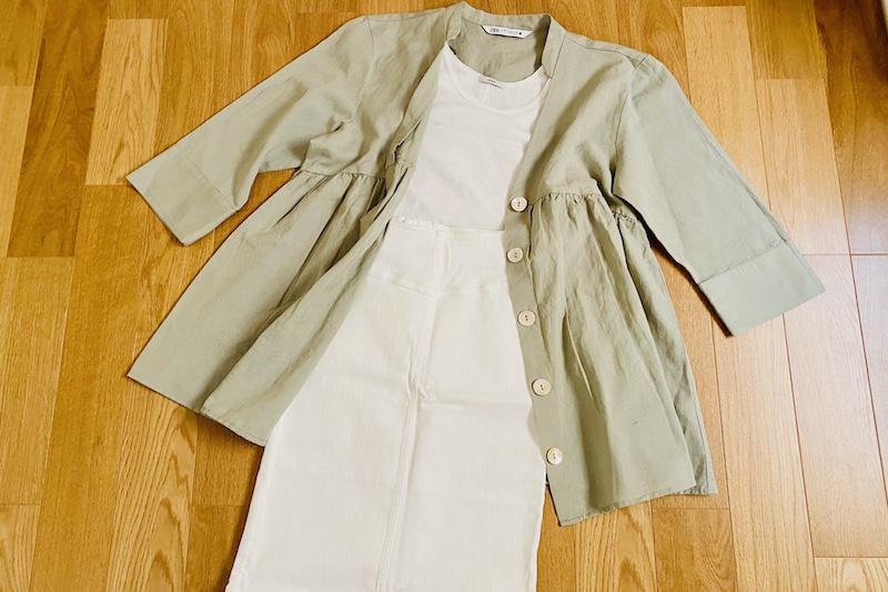 ZARAのリネンブレンドロングブラウスに白のタンクトップと白のタイトスカートがコーディネートされて床に置かれている