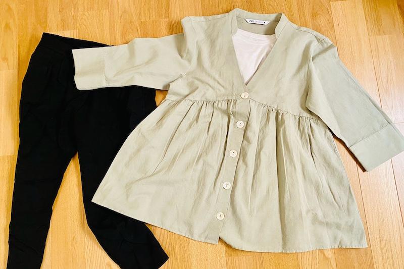 ZARAのリネンブレンドロングブラウスと白のTシャツと黒のパンツが床に置かれている