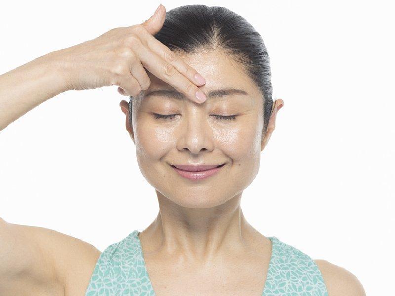 表情筋研究家の間々田佳子さんが教える「眉間のしわ解消」