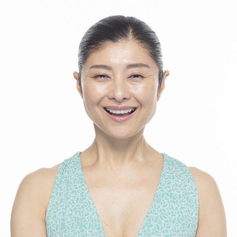 間々田佳子さんの目尻のしわを伸ばす「目尻アイロン」