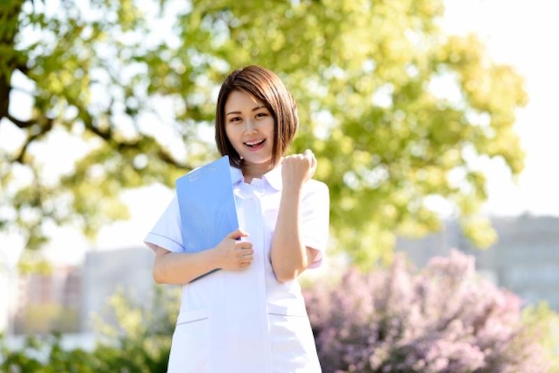 ガッツポーズをする看護師