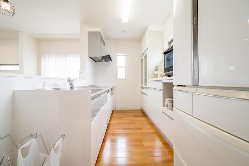 すっきり片付けられた白を基調としたキッチン